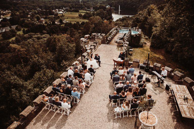 Bruidsfotograaf voor een bruidsreportage van een bruidspaar bij Château de Balmoral in de Ardennen (België)