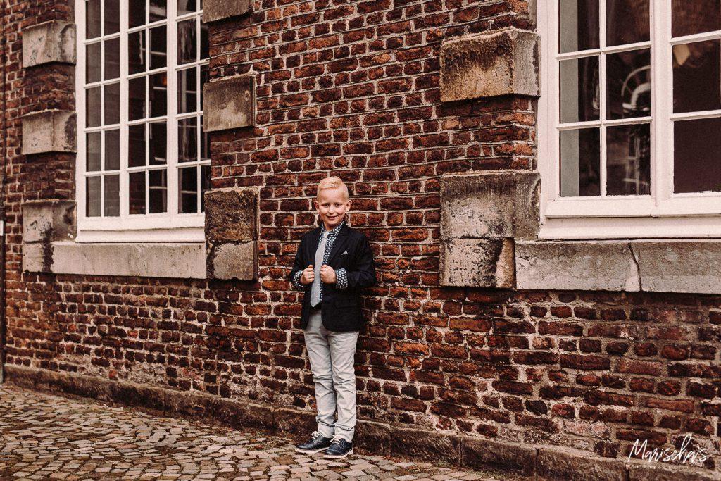 Communiefotoshoot van een communicant bij Abdij Rolduc Kerkrade in Zuid Limburg