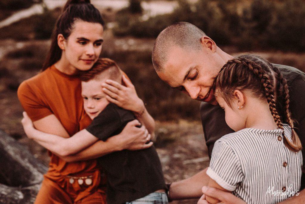 spontane fotoshoot van dit leuke gezin op een buiten locatie in het bos in limburg