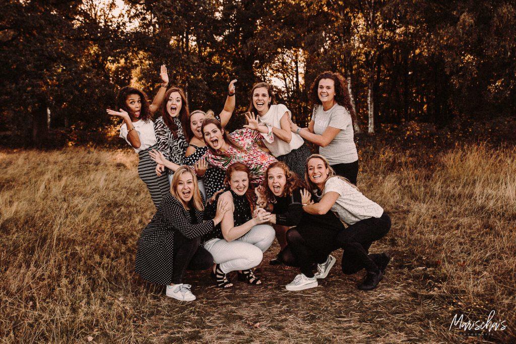 Vrijgezellenfeest fotoshoot met deze vriendinnen in het bos Limburg