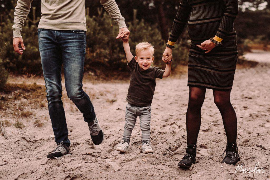 Spontane fotoshoot van een zwangerschap in het bos in Zuid Limburg