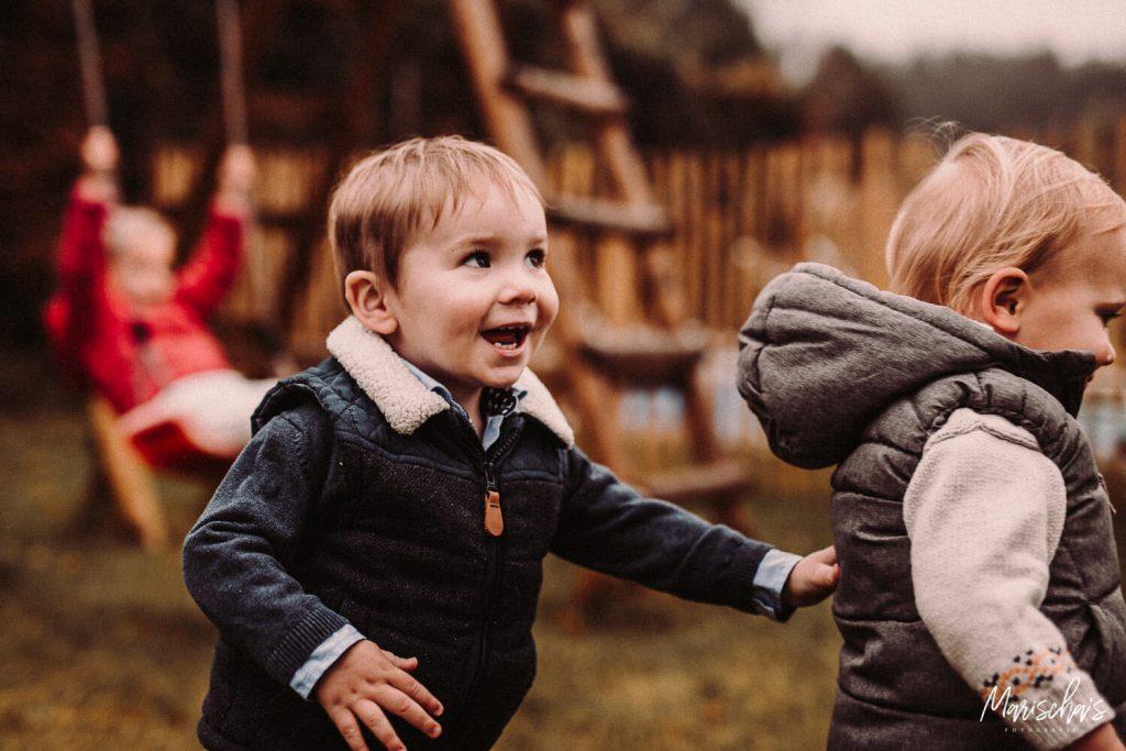 Gezinsfotoshoot van een gezin buiten in het bos in Maastricht Limburg