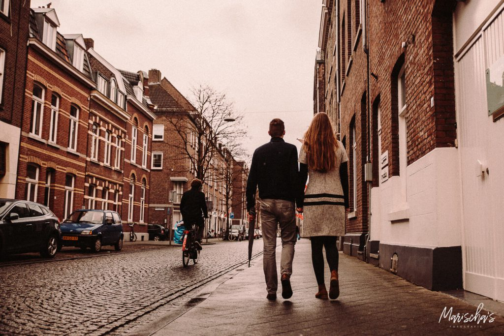 Romantische loveshoot van een pas verloofd koppel in het centrum van Maastricht