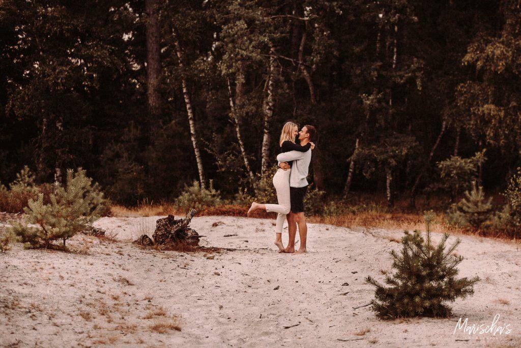 romantische loveshoot op een mooie buiten locatie in het bos in limburg