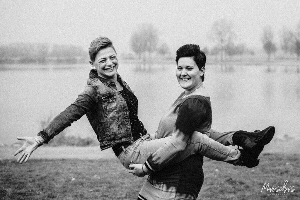 Spontane vriendinnen fotoshoot op een buiten locatie in Stevensweert Limburg