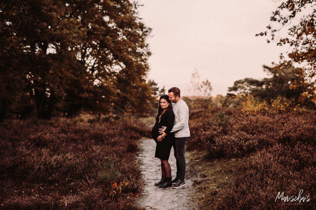 zwangerschap fotoshoot op een buiten locatie in het bos in zuid limburg