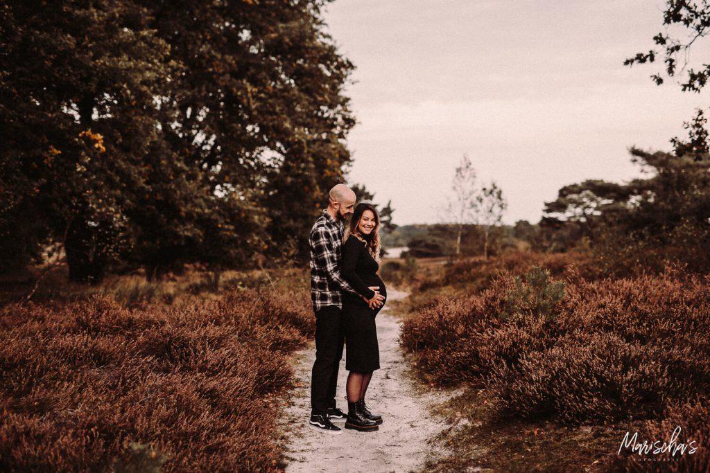 Spontane zwangerschapsshoot van een zwangere mama op een buiten locatie in zuid limburg