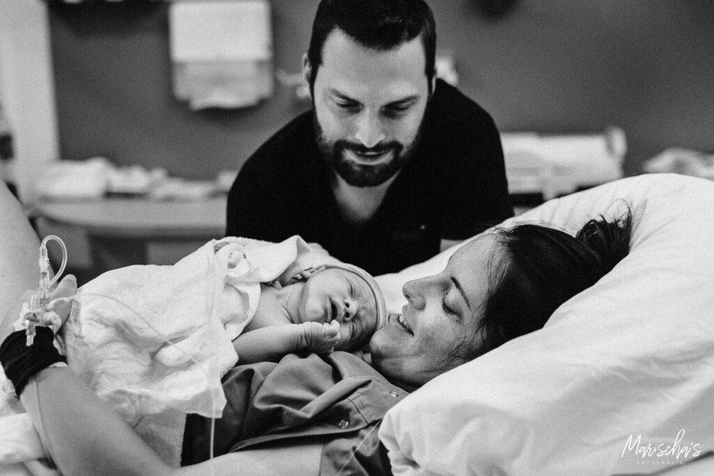 Bevallingsfotografie van een bevalling in het ziekenhuis.