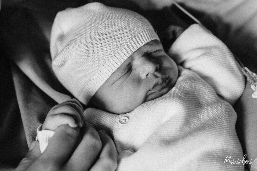 Een geboortefotograaf bij een geboortefotografie keizersnede in het Zuyderland ziekenhuis in Limburg.