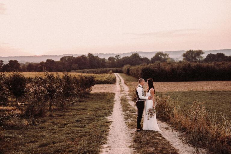 Bruidsfotograaf voor een bruiloft in maastricht bij de buiten locatie pop-up restaurant veldkas