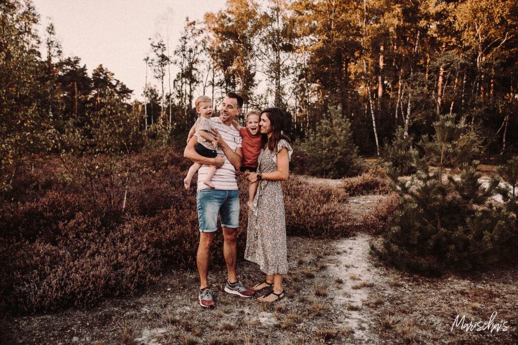 Gezinsfotoshoot van een leuke gezin op een buiten locatie in Parkstad