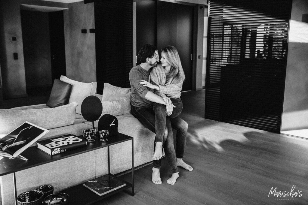 Romantische koppel fotoshoot thuis als binnen locatie