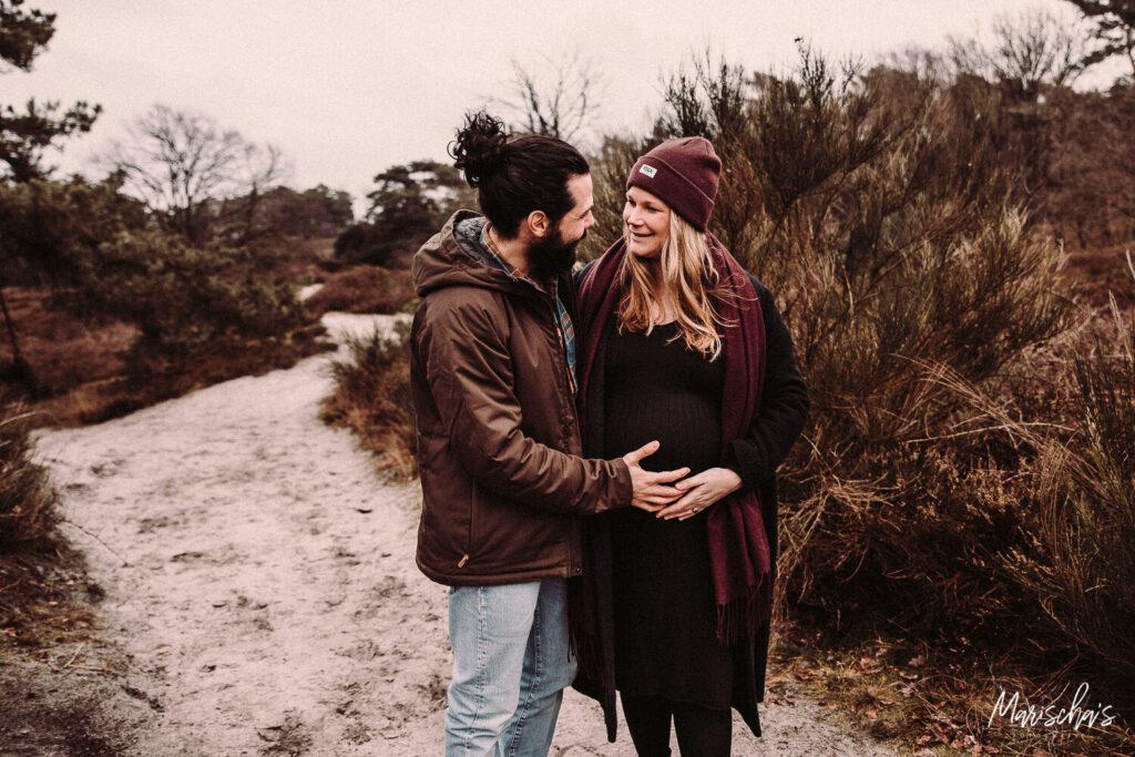 zwangerschapsreportage van dit gezin op een buiten locatie in zuid limburg