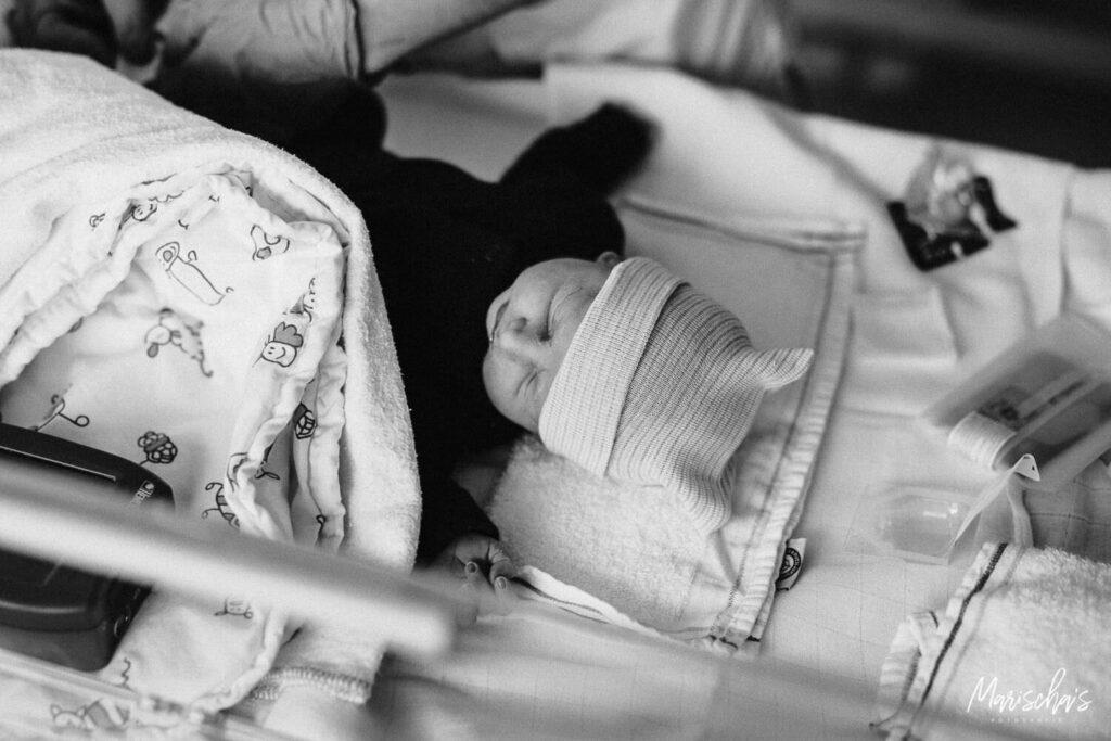 De bevalling via een keizersnede van een tweeling met foto's gemaakt door een bevallingsfotograaf.