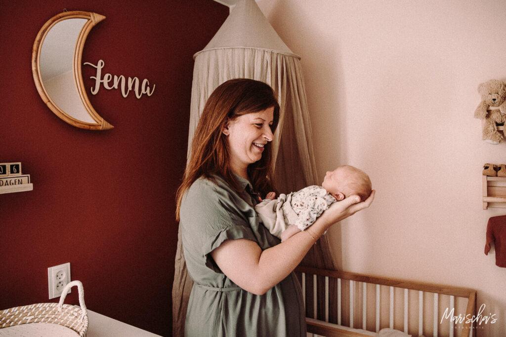 newborn lifestyle fotoshoot van een baby bij ouders thuis