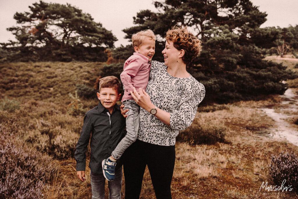 spontane gezinfotos buiten in het bos in parkstad