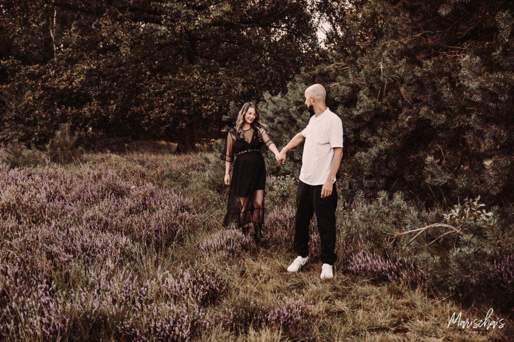 Zwangerschap fotograaf voor spontane zwangerschapsfotografie buiten in het bos