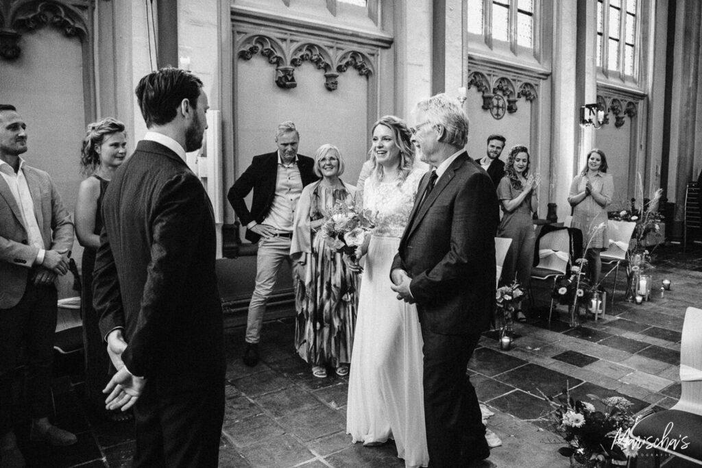 bruidsfotograaf voor een bruiloft in de cellebroederskapel in Maastricht en thuis in Gronsveld