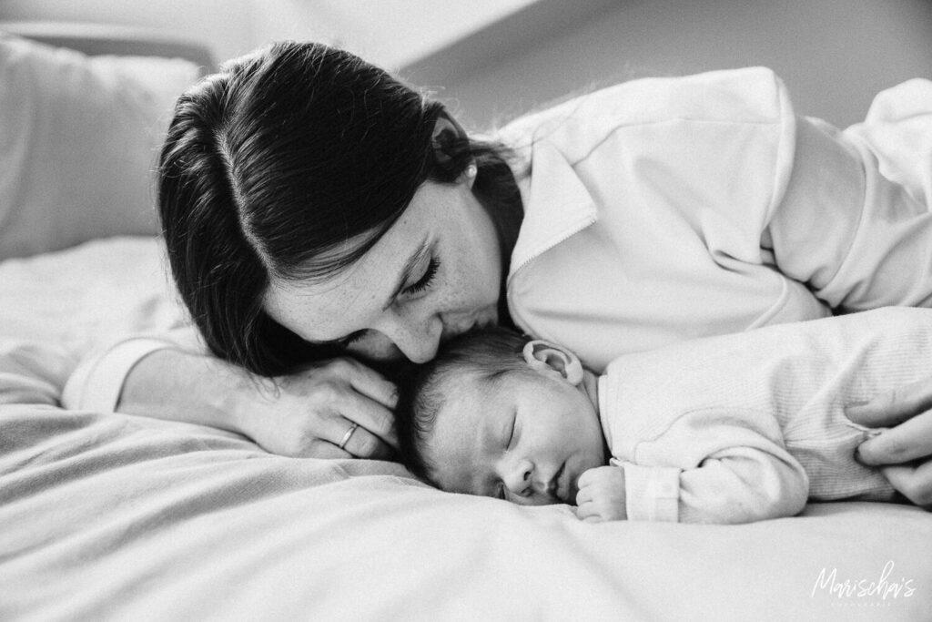 lifestyle newbornshoot van een newborn thuis in limburg